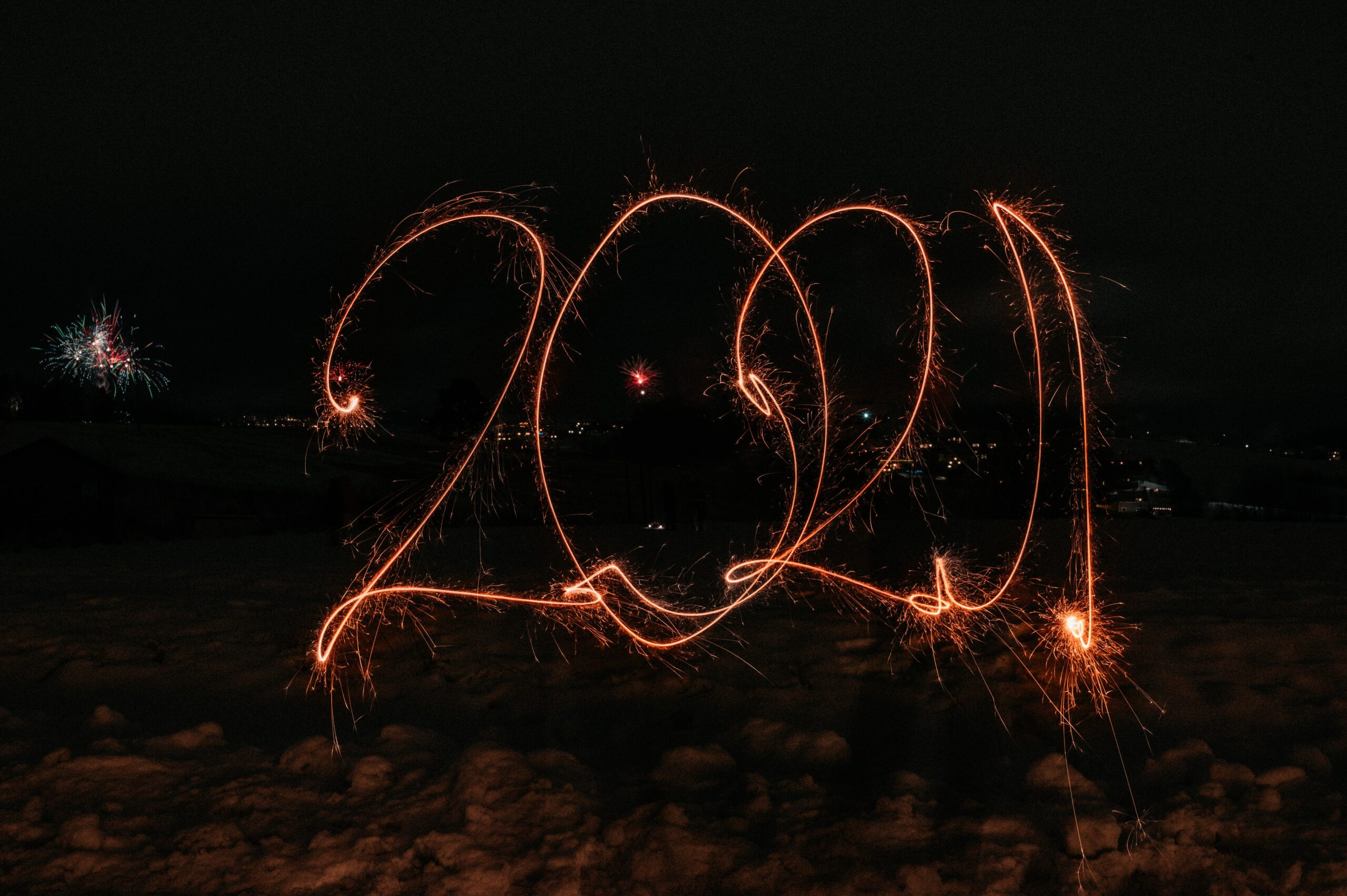 Long exposure of a sparkler spelling 2021